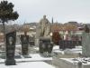 На памятнике справа изображена семья, погибшая в землетрясении.