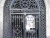 Гуляем по улицам Гюмри. На воротах надпись: