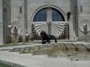 На одной из площадок каскада стоит скульптура льва