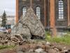 Старый разрушенный купол церкви и её обломки
