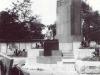 Гитлеровский солдат позирует у постамента Ленина у парка Горького
